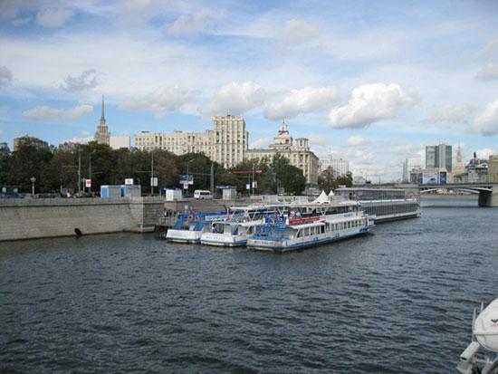 Теплоходы на станции метро Киевская