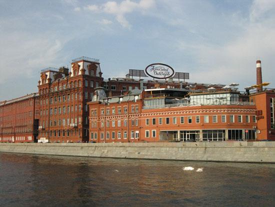 Здание фабрики Красный Октябрь с Москвы-реки
