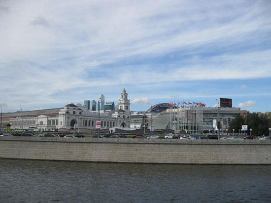Киевский вокзал, вид с Москвы-реки