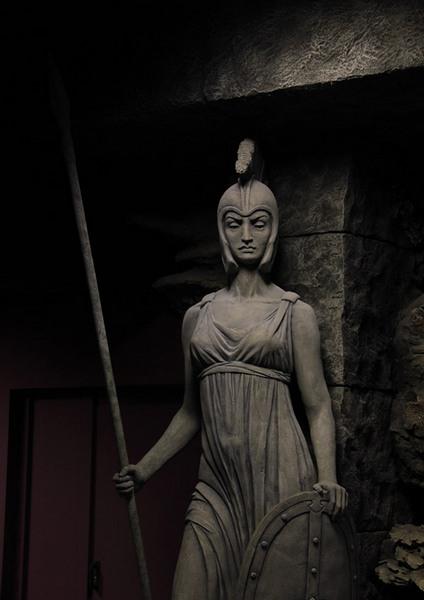 Статуя, стоящая перед входом в океанариум на Дмитровском шоссе
